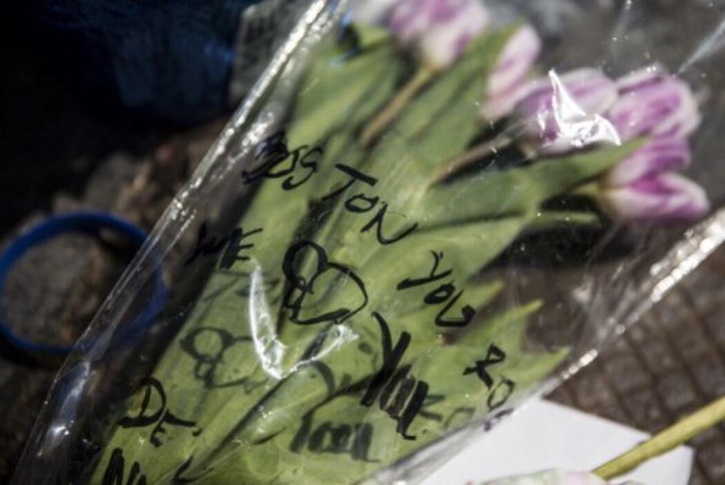 Flores fueron colocadas en honor a las víctimas.