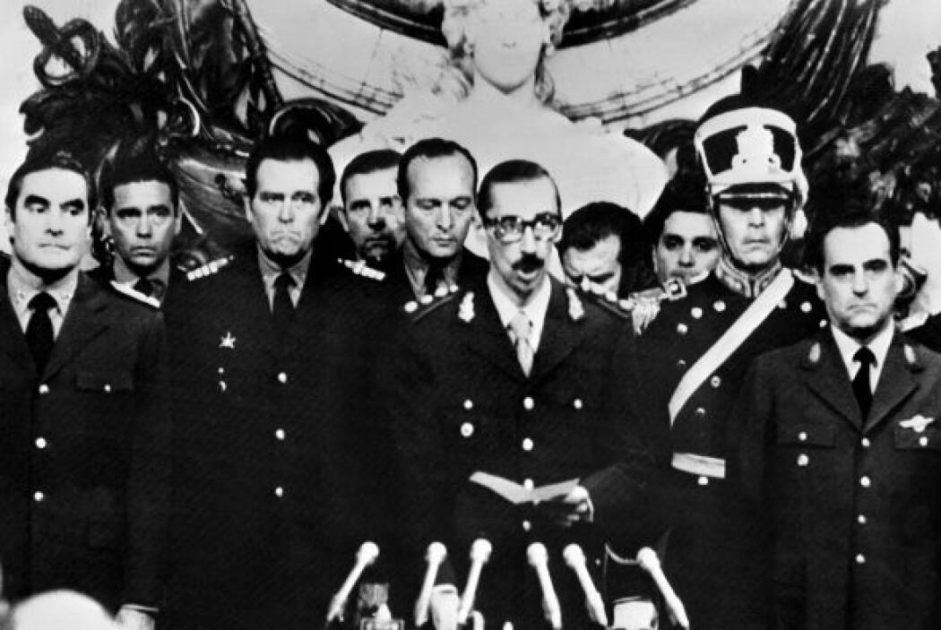 Massera (a la izquierda) fue uno de los integrantes de la Junta Militar...