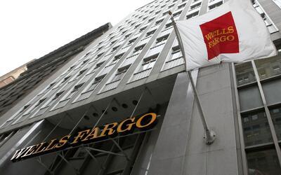 """Wells Fargo aumenta sueldo de 25,000 empleados principiantes para """"reten..."""