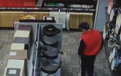En solo 30 segundos, hombre robó una guitarra eléctrica escondiéndola en...