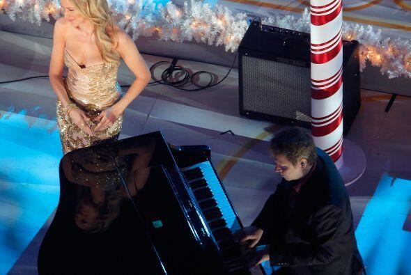 Ella fue acompañada por un pianista lo que enriqueció aun...