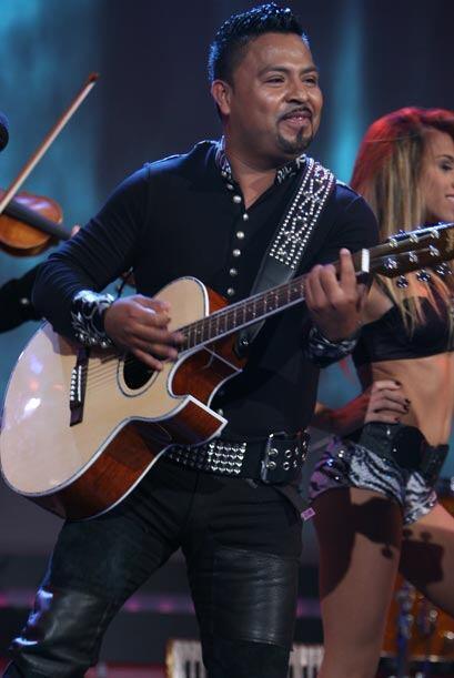 El Don les comentó que muchas personas en el público desean una guitarra.