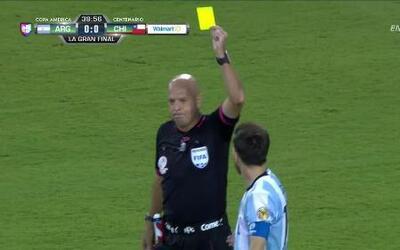 Tarjeta amarilla. El árbitro amonesta a Lionel Andrés Messi de Argentina
