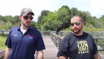 George Zimmerman junto con el dueño de Florida Gun Supply.