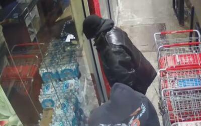 Buscan a los tres sospechosos de asaltar un negocio en Brooklyn