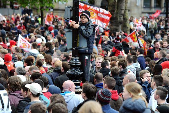La gente se subía a donde podía para contar con la mejor vista del desfile.