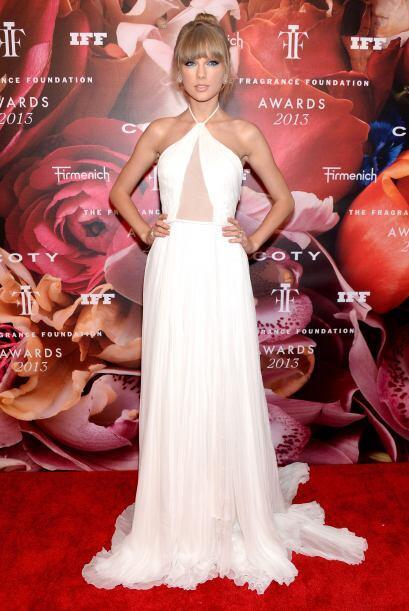 Para los premios 2013 'Fragrance Foundation', Taylor se quitó la pena y...