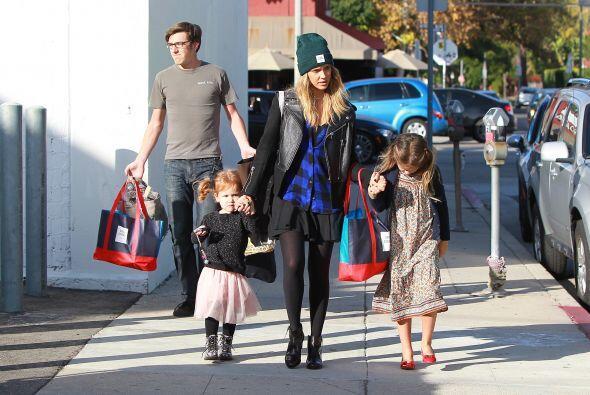 La actriz salió de compras navideñas con  la mejor compañía.