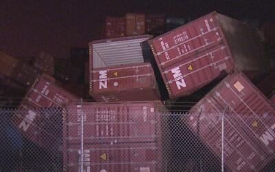 Dos personas resultaron heridas cuando contenedores se desplomaron por l...