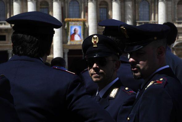 La seguridad fue muy fuerte en torno a la Plaza San Pedro, donde se real...