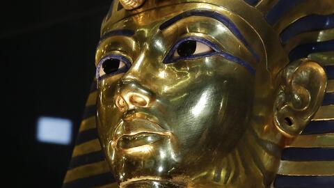 La máscara dorada del faraón Tutankamon se observa tras su...