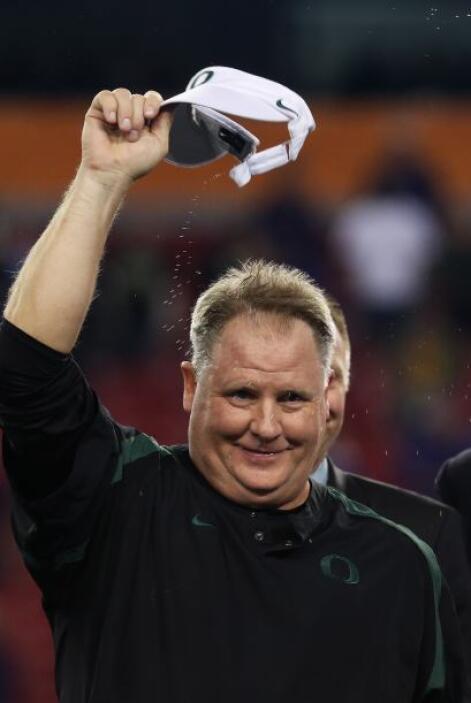 El entrenador de los Patos Chip Kelly celebró la victoria de su equipo.
