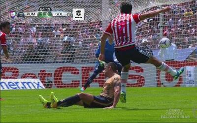 Osvaldo Alanís tuvo el empate para Chivas, pero mandó el balón al poste...