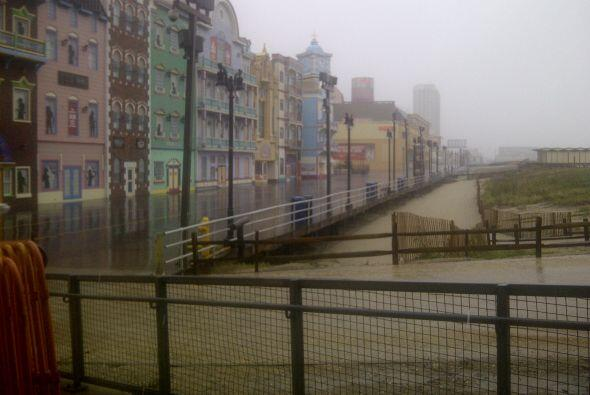 Las calles de Atlantic City permanecían mayormente abandonadas por la or...