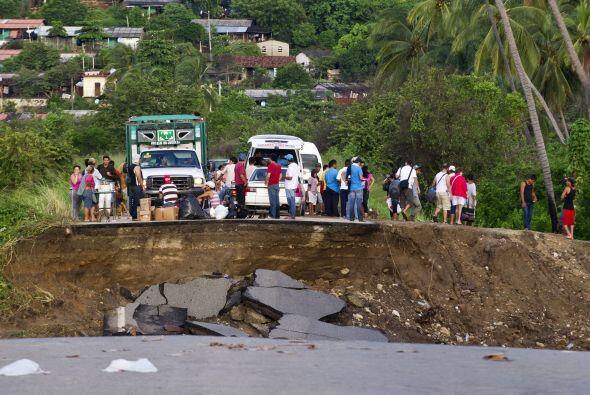 Mexicanos en Coyuca de Benítez, Guerrero, miran la devastación en una ca...