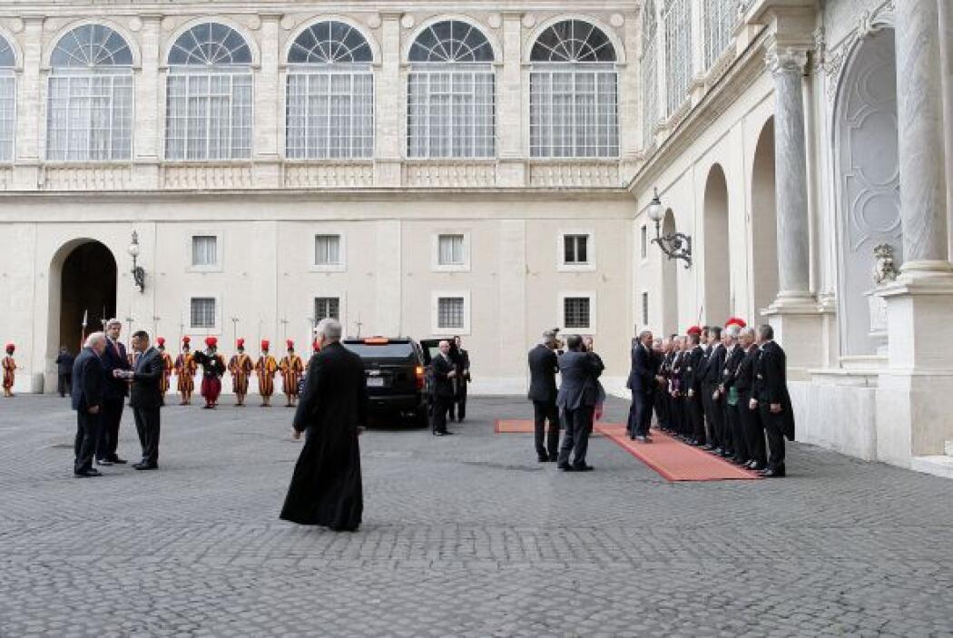 Obama, acompañado por el Prefecto de la Casa Pontificia, el arzobispo Ge...