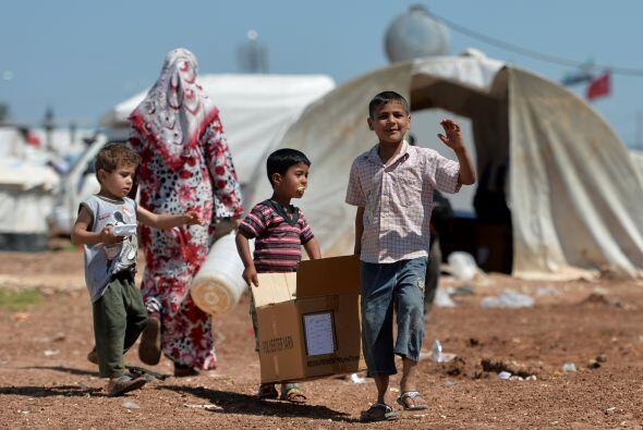 El número de refugiados sirios que huye de la violencia en su país ha su...