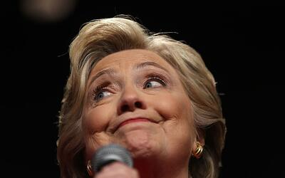La candidata presidencial demócrata, Hillary Clinton, habla para los par...