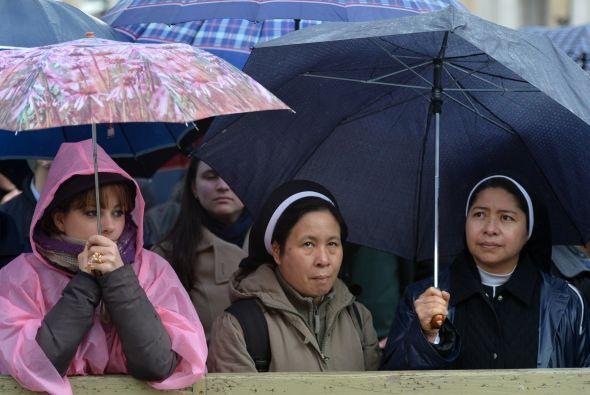 A pesar de la lluvia y el frío, la gente se acercó a la Plaza pertrechad...