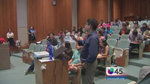 Jóvenes hispanos de Houston analizan los mensajes de la Convención Demóc...