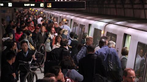 El sistema de transporte público BART mueve a pasajeros en el &aa...