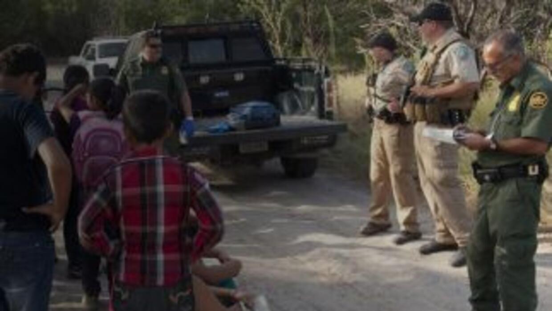 Agentes de la Patrulla Fronteriza de Estados Unidos detienen a un grupo...