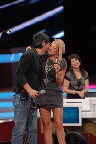 Todas las juezas pasaron al escenario para darle un fuerte abrazo a Rubén.