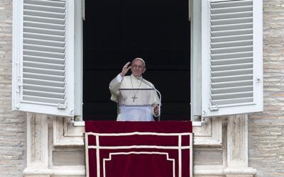El papa Francisco saluda a los feligreses