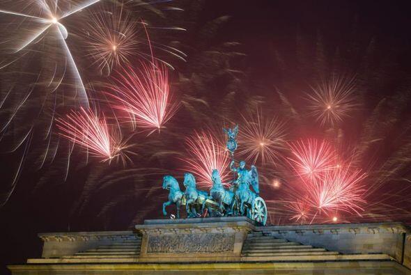 Fuegos artificiales iluminaron la Puerta de Brandenburger en Berlín (Ale...