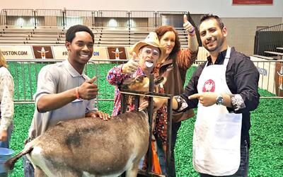Cesar en la Competencia de Ordeñar una Cabra