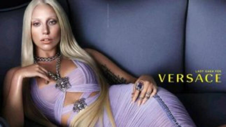 Lady Gaga en Versace. (Fotografía tomada de Twitter).