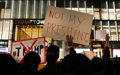 Docenas de manifestantes anti-Trump se reúnen en un mitin frente...