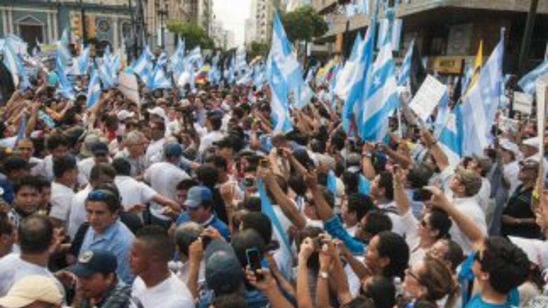 Manifestantesen Guayaquil (Ecuador) protestan el jueves 25 de junio del...