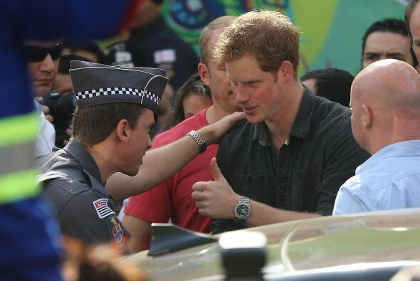 El príncipe visitó una unidad móvil de la policía civil que vigila la re...