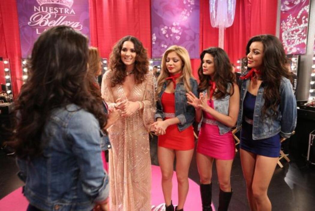 Denise dándole consejos y recomendaciones a las chicas de su equipo para...