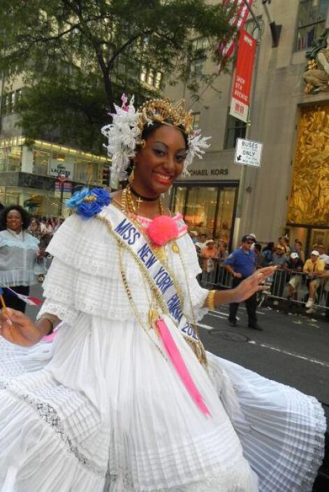 Las reinas del desfile de la hispanidad en Nu cd31c5f4c9ef4af48e85e0de31...