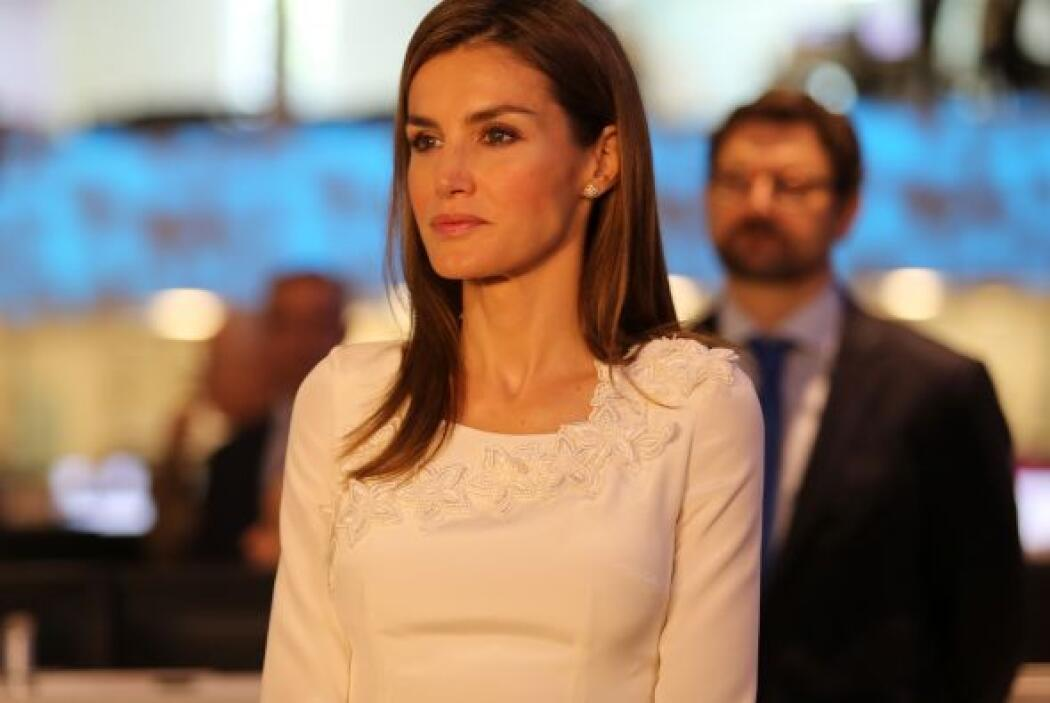 La princesa Letizia, con la mirada atenta a la entrevista que le hacen a...