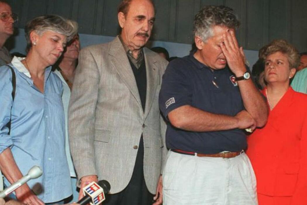 Abatido por el dolor, José Basulto ante la prensa, con el padre de Arman...