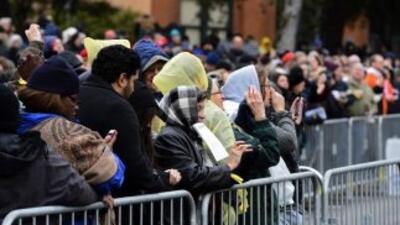 Decenas de personas, durante la ceremonia de conmemoración del expreside...