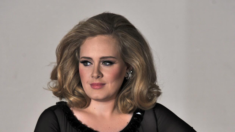 La cantante es mante de los vestidos negros y de corte New look.