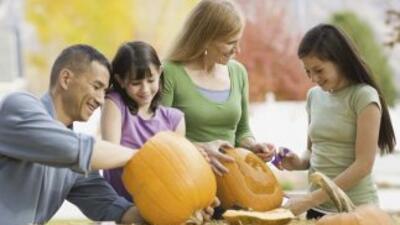Organiza una velada familiar, tallando calabazas para la noche de Hallow...