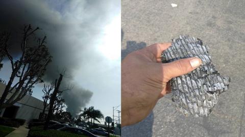La columna de humo negro (i) que cubrió parte del cielo de Los &A...