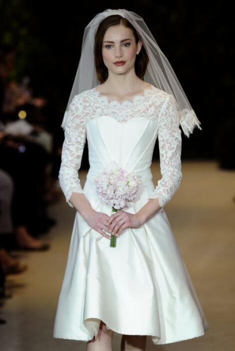 Esta hermosa tela calada, con formas florales es un aliado de las novias...