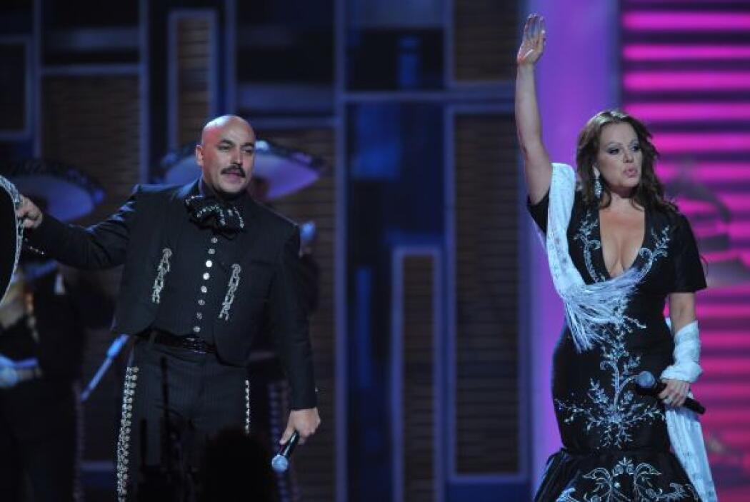 Pero Lupillo Rivera le dijo 'no estás sola' y salió al escenario para ca...