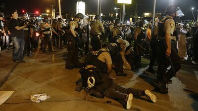 Luego de un año, no llega la paz a Ferguson