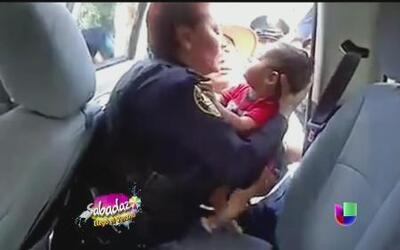 Mujer policía le salva la vida a bebé