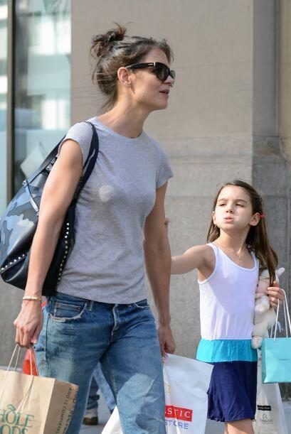 Katie llevó de compras a Suri por Manhattan.  Más videos d...