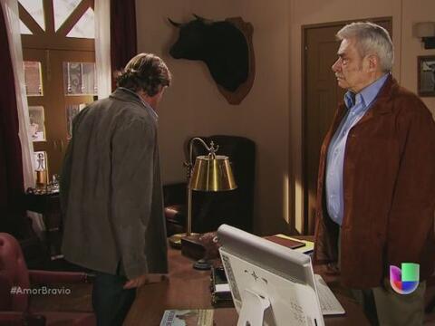 Mariano enfrenta a su padre y le hace saber que no está de acuerd...