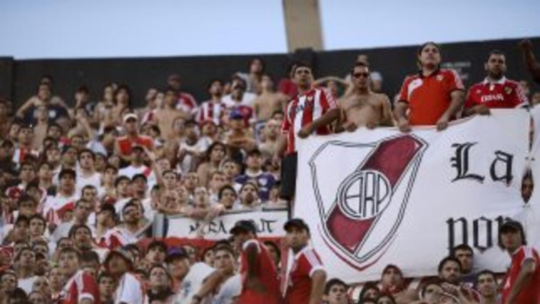 Los hinchas de River se solidarizaron con el colombiano Radamel Falcao y...