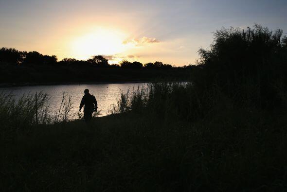 Un agente de la Patrulla Fronteriza vigila a la orilla del Río Grande en...
